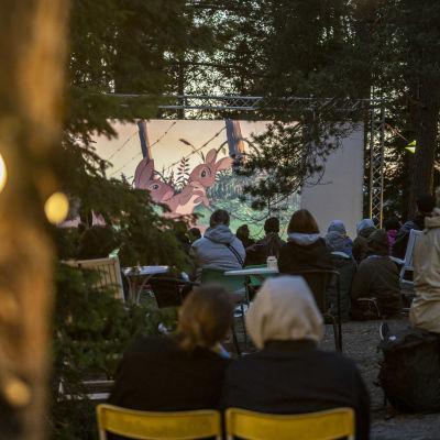 Savonlinnan kansainvälinen luontoelokuvafestivaali SINFFin ulkoilmanäytös vuodelta 2021 Sulosaaressa