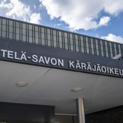 Etelä-Savon käräjäoikeuden sisäänkäynnistä kuva.