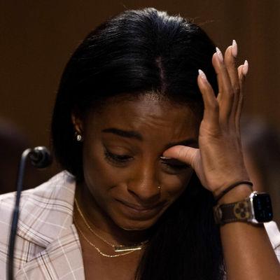 Simone Biles USA:n senaatin kuulemisessa.