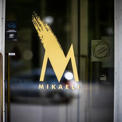 Mikaelin logo ovessa