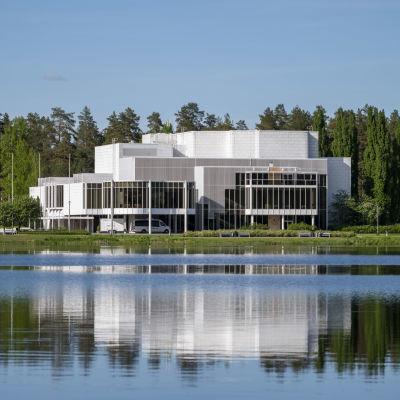 Mikaelin rakennus kuvattuna vastarannalta.