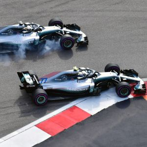 Lewis Hamilton tar sig förbi Valtteri Bottas.