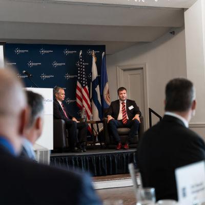 Utvecklings- och utrikeshandelsminister Ville Skinnari (i mitten till höger) på besök i Minnesota, USA.
