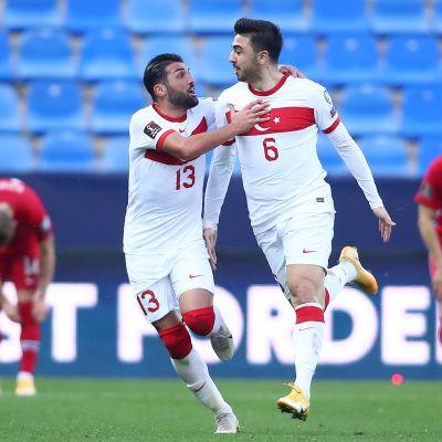 Ozan Tufan teki Turkille kaksi maalia Norjaa vastaan.