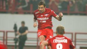 Andrej Esjtjenko nickar bollen och Denis Gjusjakov ser på.