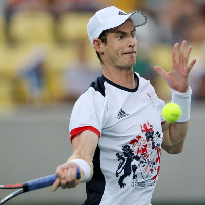 Koncentrerad tennisspelare just före slaget.