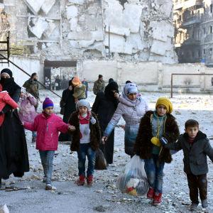 En bild från Syriens statliga nyhetsbyrå SANA på civila som lämnar ett rebellkontrollerat område i östra Aleppo 7.12.2016
