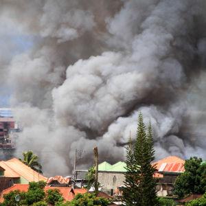 Nästan 200 000 civila har flytt undan strider i Marawi som kontrolleras av terroristgruppen Aby Sayyaf
