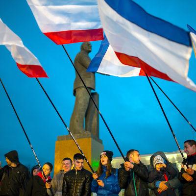 Jublande proryska ungdomar på Lenintorget i Simferopol