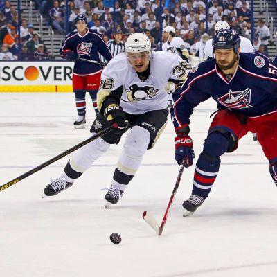 Jussi Jokinen jagar pucken med Fedor Tjutin i NHL-slutspelet 2014.