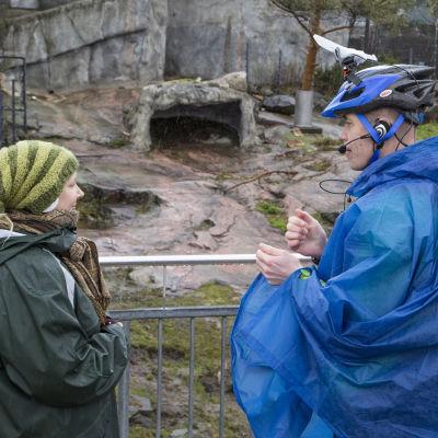 Guiden och fotografen med hjälmkamera berättar om Högholmens djur för äldre per videolänk.
