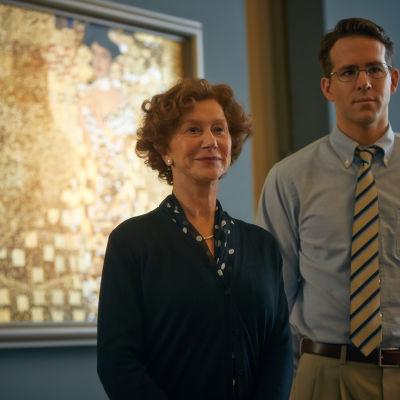 Helen Mirren och Ryan Reynolds framför Klimts målning.