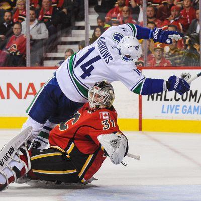 Calgarys Karri Rämö och Vancouvers Alexandre Burrows.