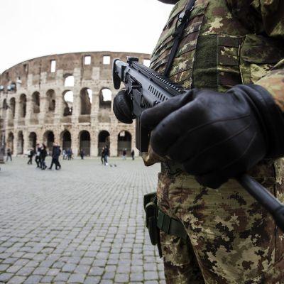 Förhöjd säkerhet vid Colosseum i Rom.