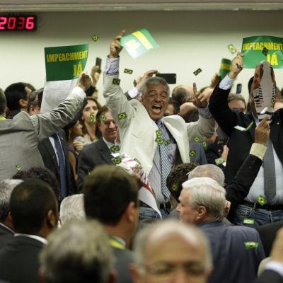 Oppositionens representanter firar i riksrättskommittén efter omröstningen mot president Dilma Rousseff 11.4.2016