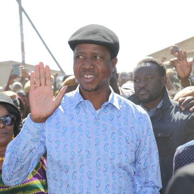 Edgar Lungu hälsar på folk.
