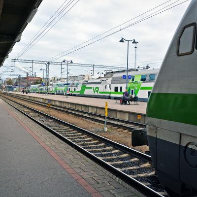 Tampere rautatieasema laituri ykkönen, junia raiteilla