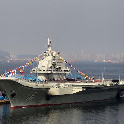Kina skramlar med vapen nära Taiwan efter Trumps uttalanden. Landets första hangarfartyg som kallas nr 16, seglade nära Taiwansundet förra veckan.