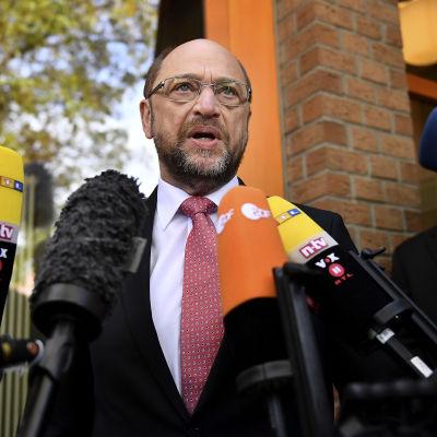 SPD-ledaren Martin Schulz talar med journalister utanför sin vallokal i Wuerselen 14.5.2017
