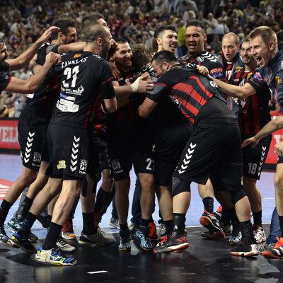 Vardar-spelarna firar semifinalsegern.