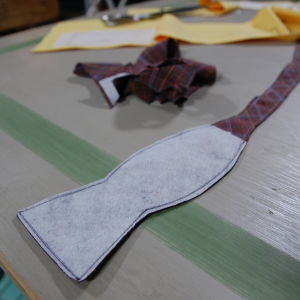 Halvfärdig fluga, sydd och klippt