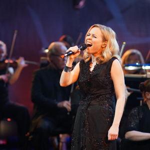 Paula Vesala laulaa kappaleen paratiisi Sinun tarinasi - Yle 90 -juhlalähetyksessä Musiikkitalossa 10.9.2016.