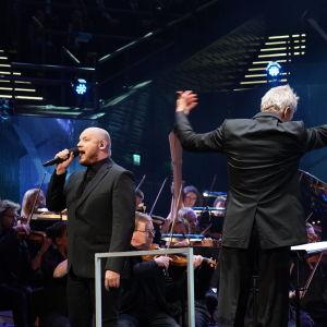 Kasmir laulaa Täällä Pohjantähden alla kappaleen Sinun tarinasi - Yle 90 -juhlalähetyksessä Musiikkitalossa 10.9.2016