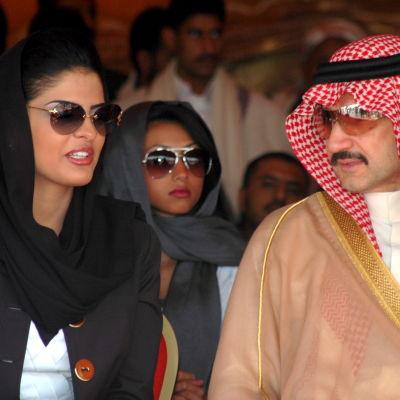 Den saudiske prinsen al-Walid bin Talal och hans hustru  prinsessan Amira al-Tawil besöker Jemen år 2009 efter att ett jordskred krävt över hundra dödsoffer där.
