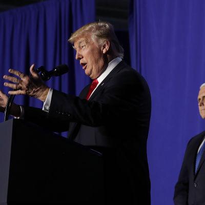 Donald Trump i profil talar till publik.