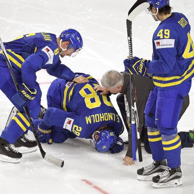 Elias Lindholm ligger på knä på isen