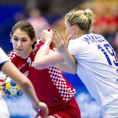 Camila Micijevic med bollen utmanar Kseniia Makeeva
