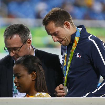 Besviken och tårögd stavhoppare lämnar OS-arenan.