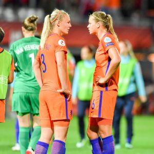 Anouk Dekker och Stephanie van der Gragt diskuterar.