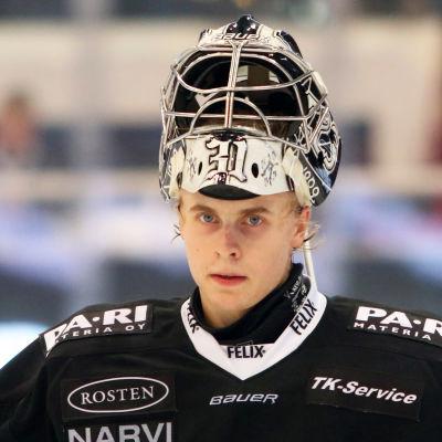 Julius Pohjanoksa glider runt på isen.