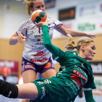 Ellen Voutilainen anfaller med boll i semifinal 3 2021.