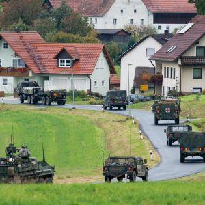 USAs armés militärfordon kör genom Kleinfalz  nära det militära övningsområdet Grafenwöhr, Tyskland, 15 Oktober 2012.