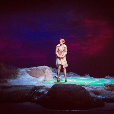Pjäsens huvudgestalt Bess ensam på bergsklipporna