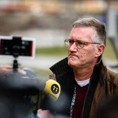 Anders Tegnell intervjuas av journalister.