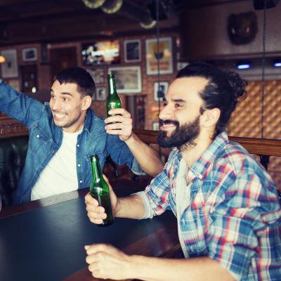Tre män tillsammans på öl