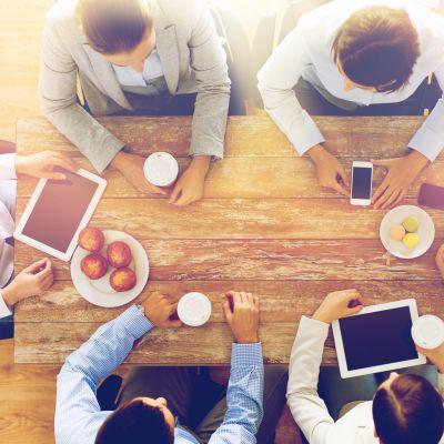 Människor runt ett mötesbord