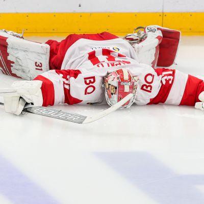 Moskovan Spartakin maalivahti Nikita Bespalov makasi jään pinnassa KHL:n pudotuspeliottelussa Moskovan Dinamoa vastaan.