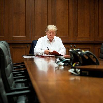 Donald Trump i ett mötesrum på militärsjukhuset Walter Reed 4.10.2020