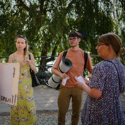 neljä ihmistä keskustelee Ruotsin valtiopäivätalon edustalla