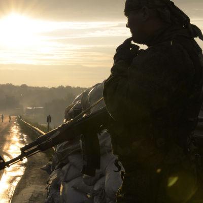 En prorysk militant nära Donetsk i Ukraina.