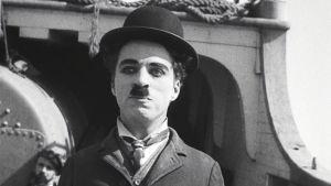 Charles Chaplin elokuvassa Siirtolainen (The Immigrant).