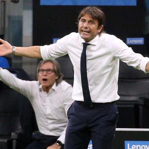 Antonio Conte slår ut med armarna.