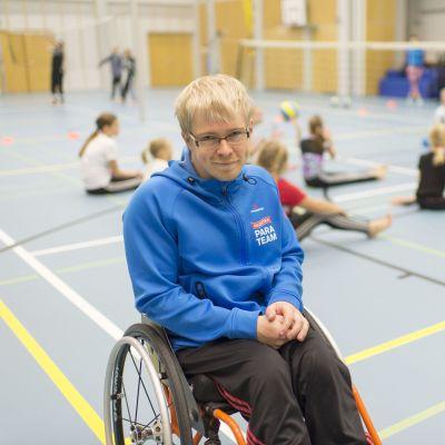 Tuomo Himanka istuu pyörätuolissa