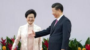 Hongkongs ledare Carrie Lam stöds av Kinas president Xi Jinping