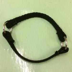 två band som är fastsydda i två ringar som ett O