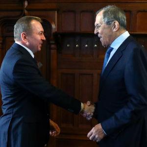 Makei ja Lavrov kättelevät.